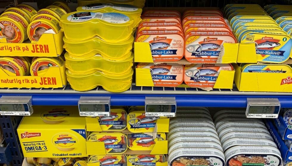 HERMETIKK TAKK: Du kan kjøpe mange bokser med leverpostei og makrell i tomat uten å frykte at de går ut på dato innen du rekker å spise dem. Ved å kjøpe store parti, trenger du heller ikke å kjøpe nytt av dette hver uke. Foto: Eilin Lindvoll.