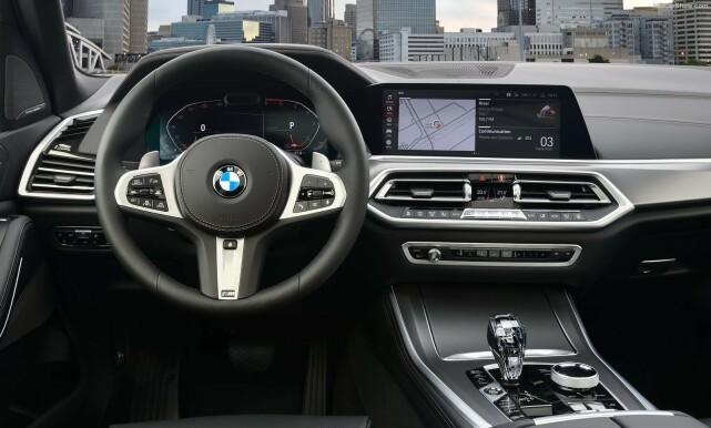 COCKPIT: Det klassiske BMW-interiøret er ytterligere forfinet og inneholder nå to sylskarpe 12,3 skjermer. Foto: BMW
