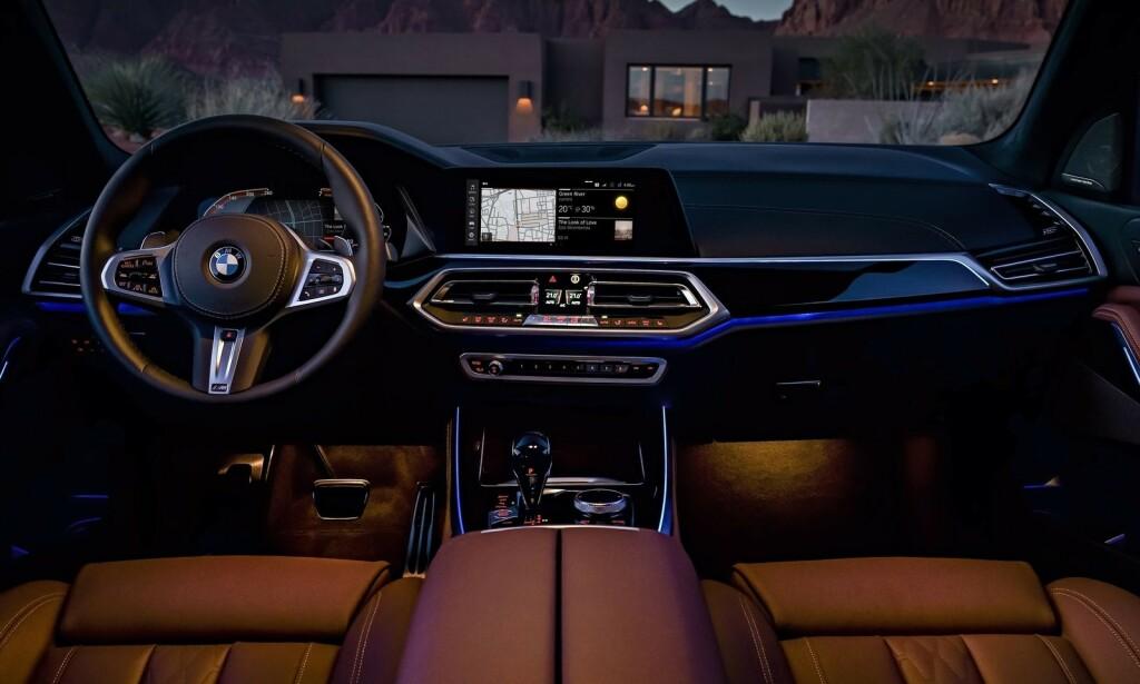 LEKKERT: I kveldslys er cockpiten et yndig sted å være - mye takket være LED-lys-stripene. Foto: BMW