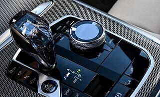 ORDNUNG: Kommandohjulet fungerer eksemplarisk. Girknotten i glass må være inspirert av Volvo. Foto: BMW
