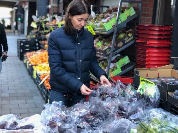 BEVISST NÅR DU HANDLER: Kjersti Grønseth er bevisst på hvor mye penger hun og familien bruker på mat, samt hvordan de lagrer og tilbereder maten. Sjekk holdbarheten på varene du kjøper, frys gjerne ned frukt og grønt, og kjøp frukt med ulik modningsgrad om du handler inn en gang i uken, er noen råd fra Grønseth. Foto: privat.