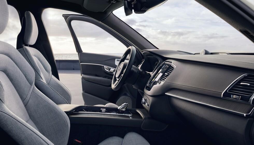 KJØLIG NORDISK: Interiøret i XC90, med sin rene design, fortsetter i hovedtrekk som før, men inkluderer nå utvidede systemer som er introdusert i andre modeller som oppdateringene av Sensus-infotainmentsystemet. Foto: Volvo