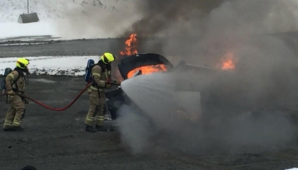 BATTERI-BRANN: Forsikringsselskapene ser ikke at elbiler brenner oftere enn andre biler, men dersom batteriet først tar fyr, er det nesten umulig å slukke. Foto: If