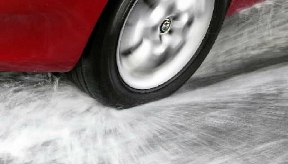 FLYTER PÅ VANNET: Fire flater på størrelse med en hånd, er den eneste kontakten bilen din har med veien. Da sier det seg selv at du ikke bør spare penger på dekk. Foto: Rune Korsvoll