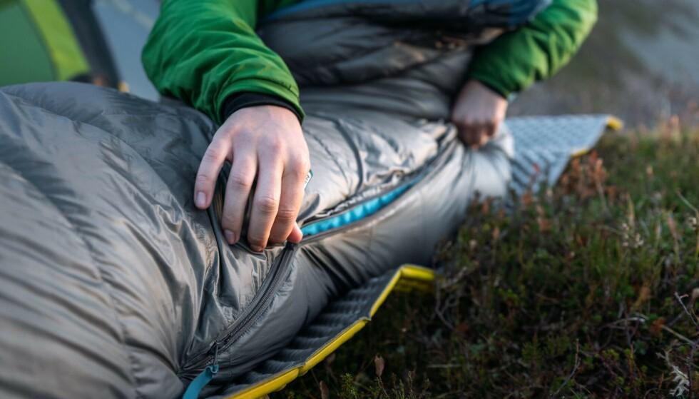 GLIDELÅSPROBLEMER: Det er ofte skyveren på glidelåsen til soveposen som blir slitt eller ødelagt, men dette kan du lett fikse selv. Foto: Helsport/Kyle Meyr.
