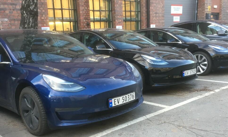 NORGE STØRST PÅ ELBIL: Allerede i 2018 hadde Norge verdens suverent største ladbar salgsandel av ladbare biler, samtidig gikk Tesla Model 3 opp på den globale salgstoppen.