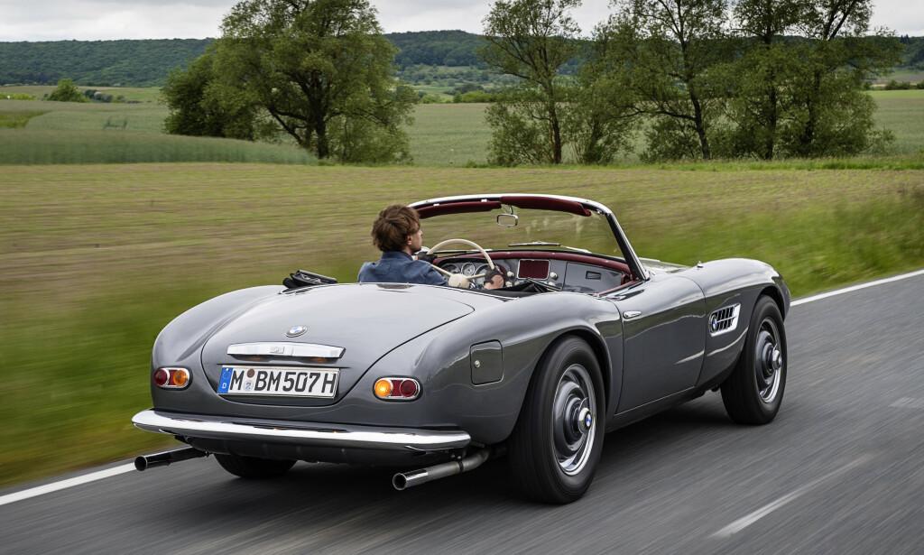 KONGEBIL: Elvis skal ha blitt så lei av at tyske småpiker skrev på den hvite bilen 507en hans at han lakkerte den rød. «The King» sin gamle bil blir nå restaurert av dem som laget den. Foto: BMW