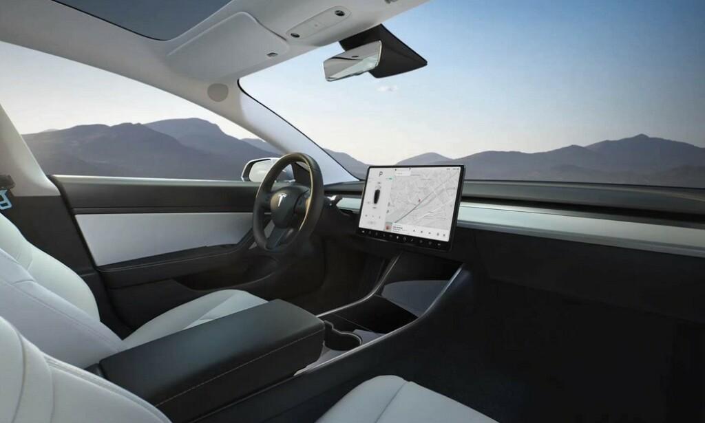 ELEKTRONIKK-FEIL: Flere eiere har opplevd problemer med den store berøringsskjermen. Foto: Tesla