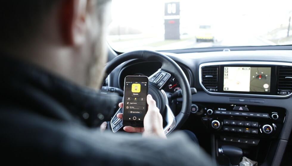 «SNILL STRAFF»: De som benytter mobiltelefon i trafikken blir ikke hardt straffet i Norge, om vi sammenligner med de andre OECD-landene. Foto: Øystein B. Fossum
