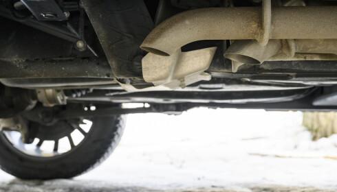 SLÅR I BAKKEN: Eksosrøret ender rett før bakhjulene og er vinklet rett på bakken. Lyden høres og kjennes godt inne i bilen. Foto: Jamieson Pothecary