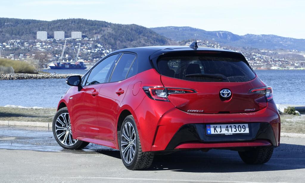 FREKK HEKK: Nye Corolla er faktisk noen cm lenger enn Golf og ser ganske sporty ut. Foto: Rune M. Nesheim