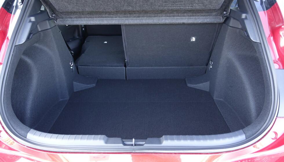 MANGE FORMER: Man ser at bagasjerommet er makset. Her er det ikke plass under gulvet og man har en ganske dyp brønn med høy lasteterskel og skikkelig terskel opp til bakseteryggene også når seten legges ned. Foto: Rune M. Nesheim