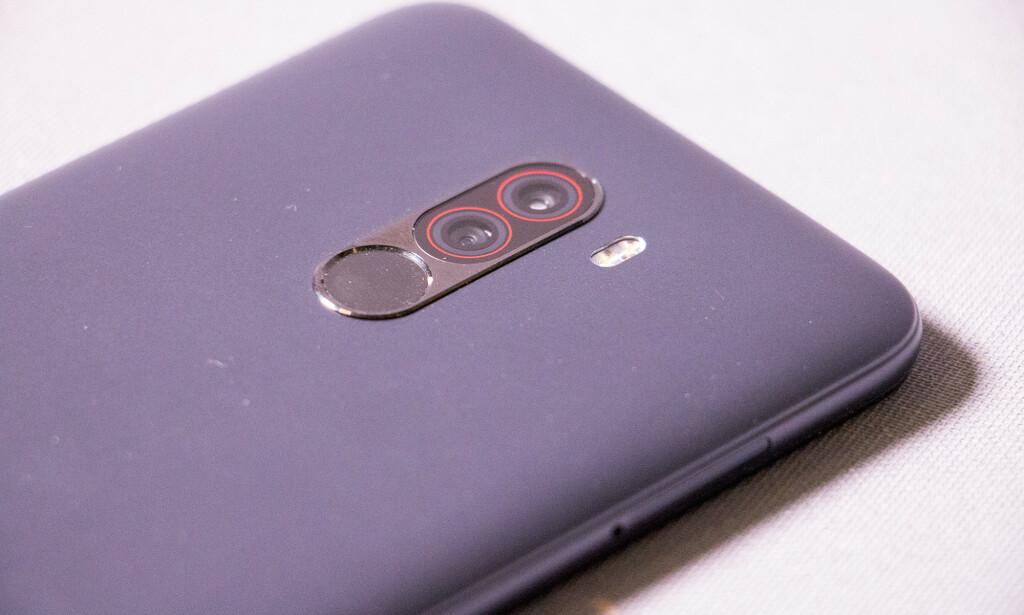 PLAST: Baksiden på Pocophone F1 er av polykarbonat (plast), og telefonen støtter ikke NFC. Foto: Pål Joakim Pollen