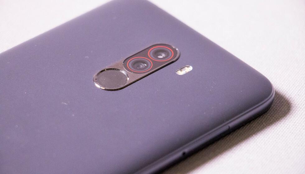 <strong>PLAST:</strong> Baksiden på Pocophone F1 er av polykarbonat (plast), og telefonen støtter ikke NFC. Foto: Pål Joakim Pollen