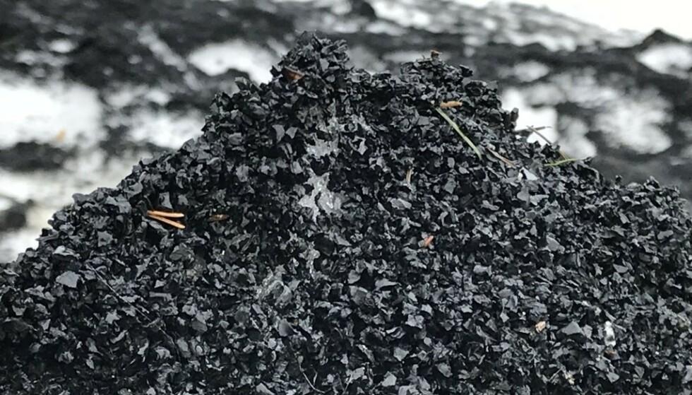 GUMMIGRANULAT: Dette er et vanlig syn rundt mange av landets kunstgressbaner - dunger med gummigranulat, som utgjør et stort miljøproblem. Foto: Christina Honningsvåg