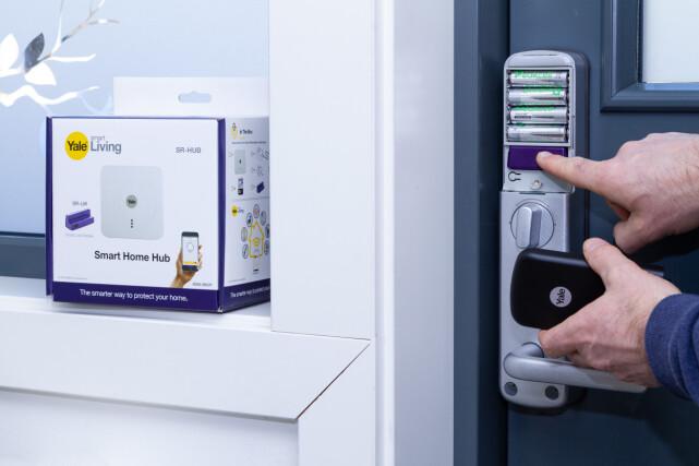 MODUL: For at basestasjonen skal kunne snakke med låsen, må en trådløs låsemodul installeres bak batteriluka på låsen. Foto: Tron Høgvold