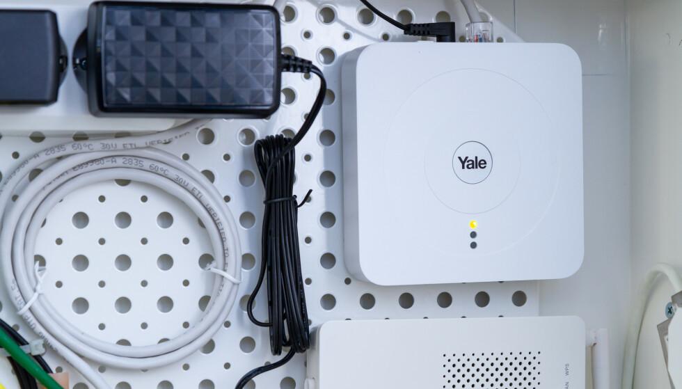 BASESTASJON: Yale Smart Hub installerte vi i veggskapet sammen med husets fibersentral. Det var aldri problemer med signalet til lås eller magnetsensorer selv om basestasjonen var gjemt i veggen. Foto: Tron Høgvold