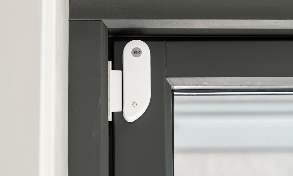 KLUMP: Magnetsensoren er ikke blant de mest elegante. Vi måtte sette magneten på dørkarmen og selve sensoren på døren.