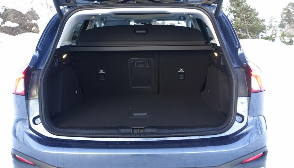 SVÆR: Det er rikelig med plass i bagasjerommet, selv om det finnes bedre i klassen. Skiluka er derimot latterlig. Man finner nesten lik i både Volvo og Mercedes. Rune M. Nesheim
