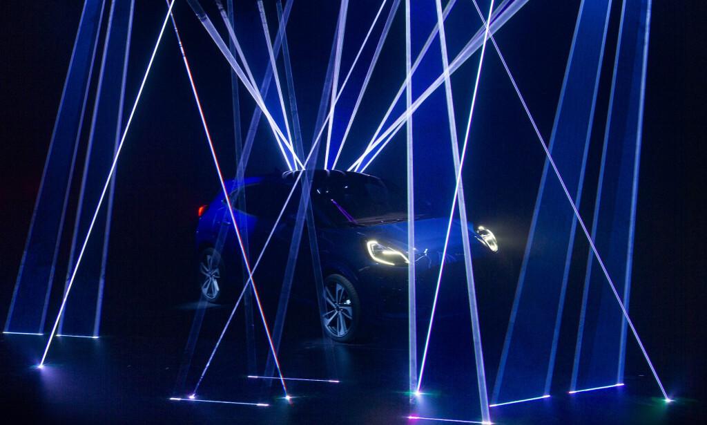 LITEN OG SPORTY: Ford nye SUV bygget på Fiesta-plattformen, blir kompakt og sporty. Dette er det første bildet av bilen. Foto: Ford