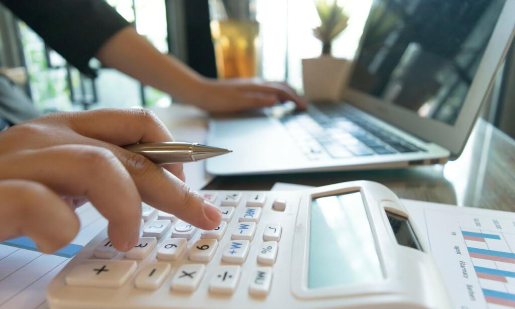 SPARING: Det er vanskelig å finne tid i en travel hverdag til å gjennomgå boliglån, forsikringer, sparekontoer og pensjonsavtalene du har for å se om du har de beste vilkårene du kan få. Påskeferien, derimot, kan gi deg den tiden du trenger for å gjøre en god deal. Foto: Shutterstock/NTB Scanpix.