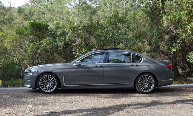 ENDRET: Da vi kjørte BMW 7-serie i 2015, påpekte vi den mer sporty og dynamiske fasongen bilen hadde fått. Etter tre og et halvt år har de gått tilbake til en mer massiv silhuett, som i større grad differensierer den fra 5-serien. Foto: Knut Moberg