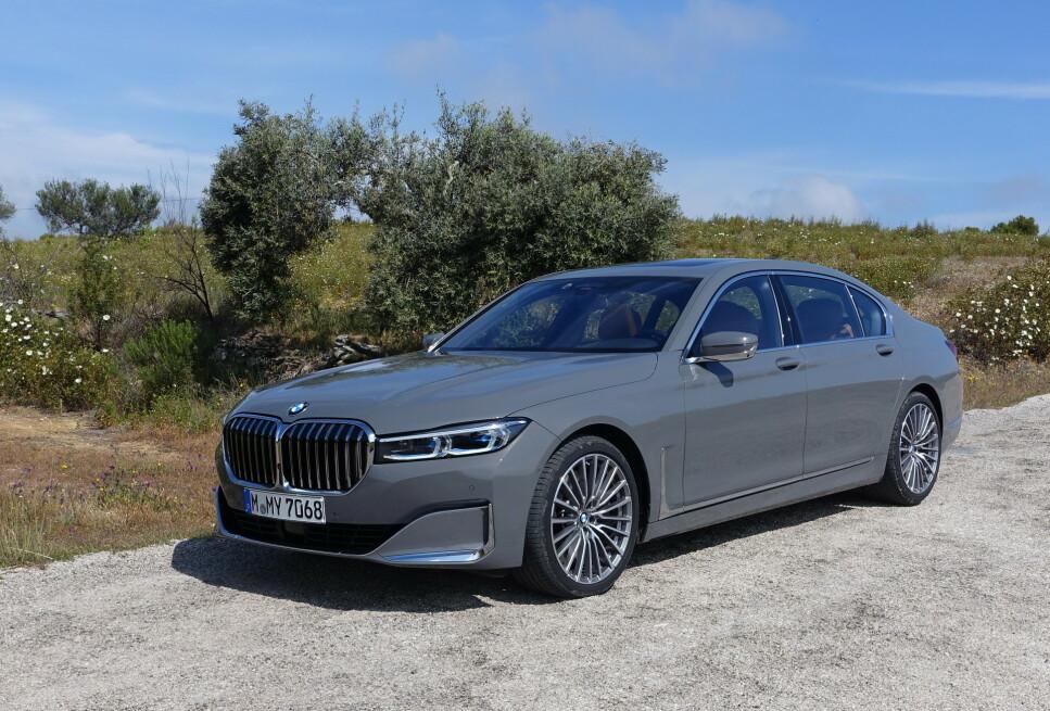 KONGEBIL: Den er utvilsomt blitt synlig mer royal, den kraftig fornyede utgaven av BMWs luksus-flaggskip (fra nå av sammen med SUV-en X7), som vi her ser vårt testeksemplar av - en 750 Li xDrive. L-en står for lang versjon (526 centimeter i lengden), og xDrive betyr firehjulsdrift på BMW-språk. Foto: Knut Moberg