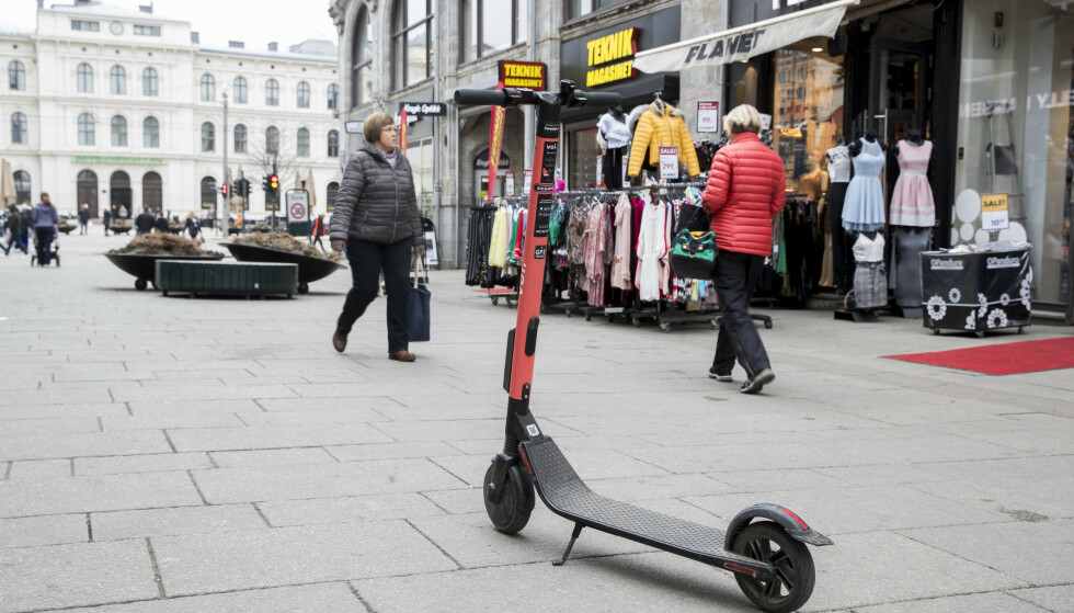 HER MÅ DU PASSE FARTEN: Elektrisk sparkesykkel er kun tillatt på fortau eller gågate når gangtrafikken er liten, og da må man ha tilnærmet gangfart. Foto: Terje Pedersen/NTB scanpix