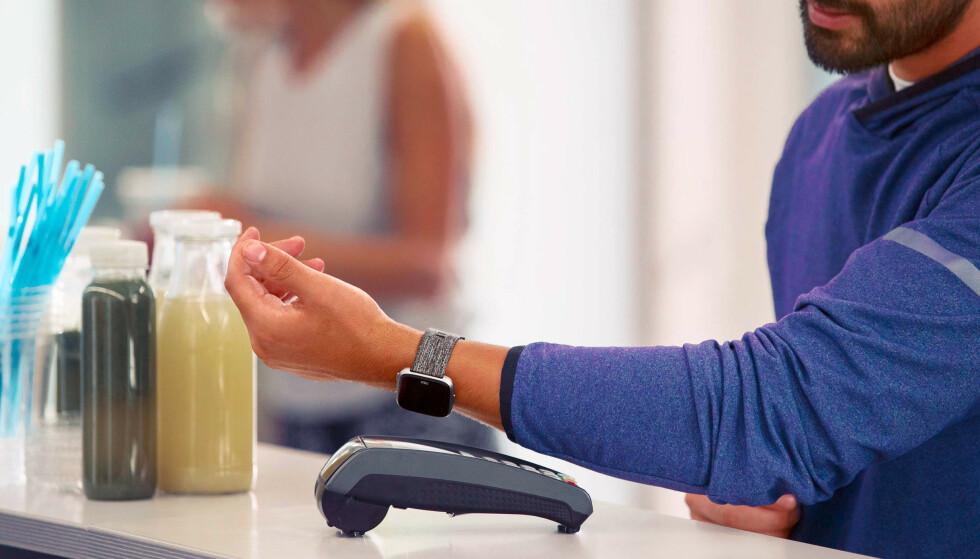 FLERE LØSNINGER: Både Apple, Google, Garmin og Fitbit har betalingsløsninger som lar deg betale uten å bruke kortet. Foto: Fitbit