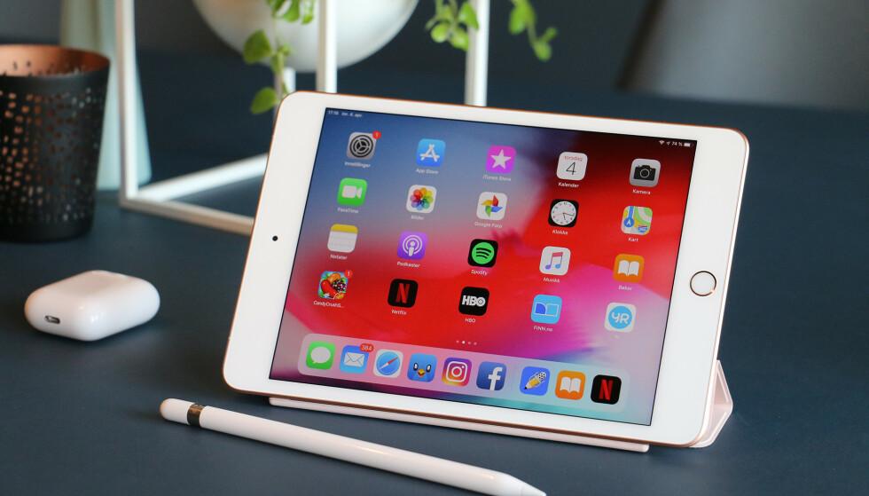 NÅ OGSÅ MED PENN: Apples minste iPad er tilbake! Den ser ut som før, men har lært seg noen nye triks. Blant annet kan du bruke Apple Pencil med den. Foto: Kirsti Østvang