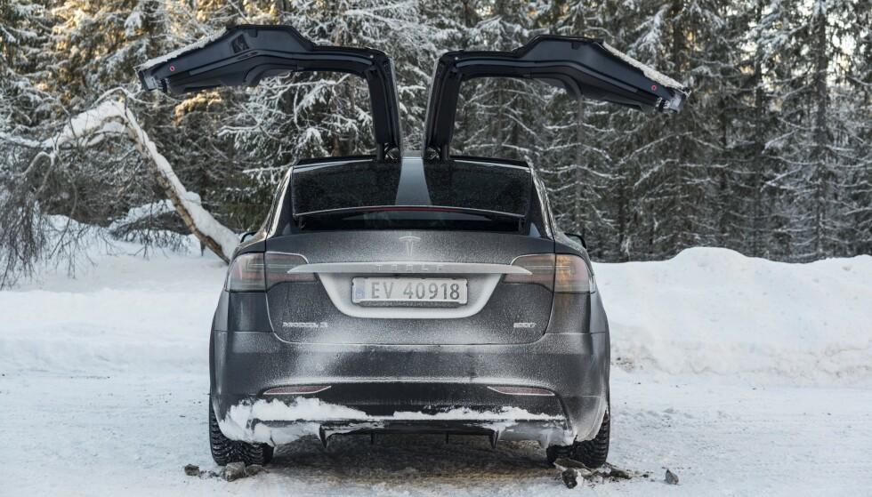 TRENGER HJELP: NAF mener elbilene ikke bør skattlegges ennå, men at dyrere modeller som for eksempel Tesla Model X kan få moms fra 2024. Foto: Jamieson Pothecary