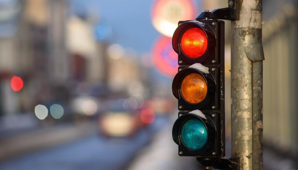 KOSTER MYE Å KJØRE PÅ RØDT LYS: Om du tar sjansen på å kjøre på rødt lys i Norge, kan det koste 15 prosent av en gjennomsnittlig månedslønn, om du blir tatt. Foto: Shutterstock