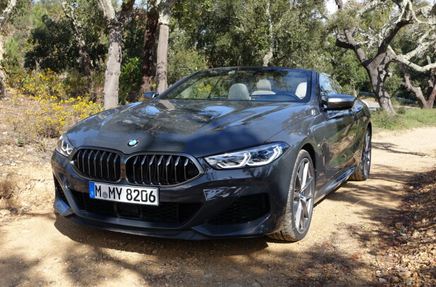 AUTORITÆRT: BMW 8-serie er gjenkjennelig som en BMW uten problemer, men frontdesignen er likevel svært skjerpet - her med både laserlys og grill med karboninnramming og -lameller - selv om den ikke blir like spektakulær som på konseptbilen. Foto: Knut Moberg