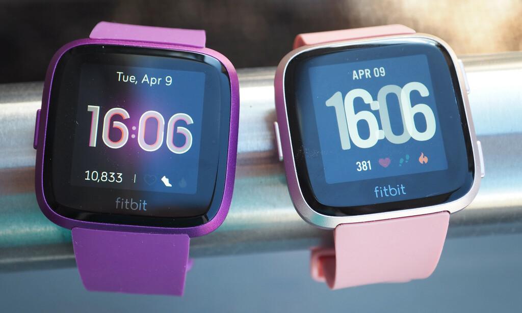 UTSKIFTBARE REIMER: Du kan mikse og matche reimene på både Fitbit Versa Lite (til venstre) og Versa (til høyre), men begge har samme knotete festeanordning, så reimene er litt vanskelige å skifte. Foto: Kirsti Østvang