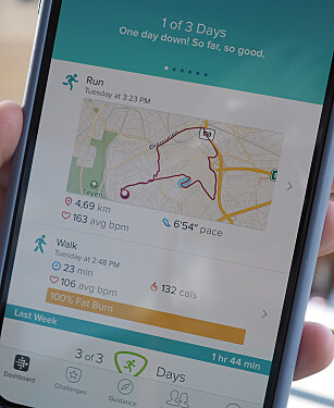 MÅ HA MED MOBILEN: Fitbit Versa Lite har ikke innebygd GPS, så du må fremdeles ha med mobilen om du vil ha løpeturen på kartet som på bildet her. Foto: Kirsti Østvang