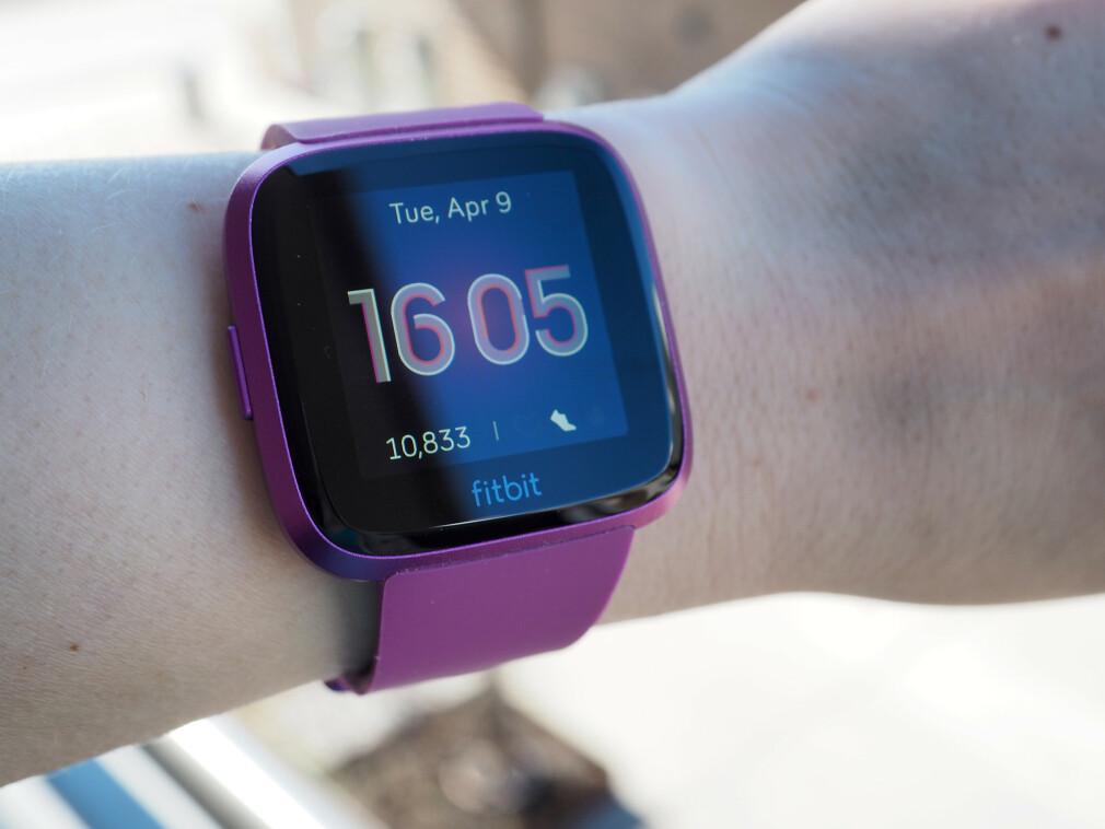 SAMME GAMLE: Bortsett fra fargen er det ikke mye som skiller Fitbit Versa Lite fra Versa. Foto: Kirsti Østvang
