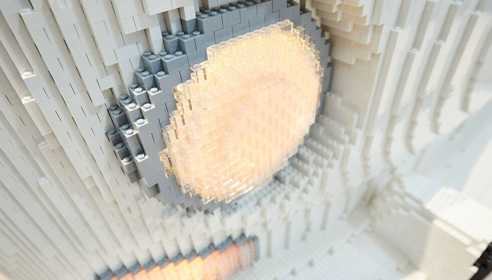 DETALJBILDE: Lego-byggerne har husket viktige detaljer, som lyktene i gjennomsiktig plast. Foto: f.re.e