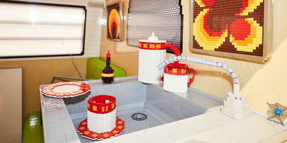 <strong>DETALJBILDE:</strong> Lego-byggerne har husket kuriositetsdetaljer, som vask og kopper, også. Foto: f.re.e
