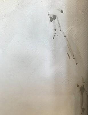 KALKMALING PÅ KJØKKENET: Er du uheldig og søler på den kalkmalte kjøkkenveggen, kan det være vanskelig å tørke bort sølet om du ikke har malt et beskyttende lag på toppen. Foto: Øystein Fossum.