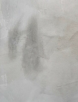 FLEKK: Slik kan det se ut etter at du har prøvd å tørke vekk søl fra en kalkmalt vegg. Foto: Øystein Fossum.