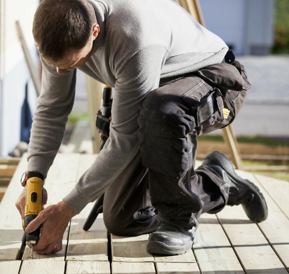 NY TERRASSE: Det vanligste er å skru fast terrassebordene fremfor å bruke spiker. Foto: NTB Scanpix
