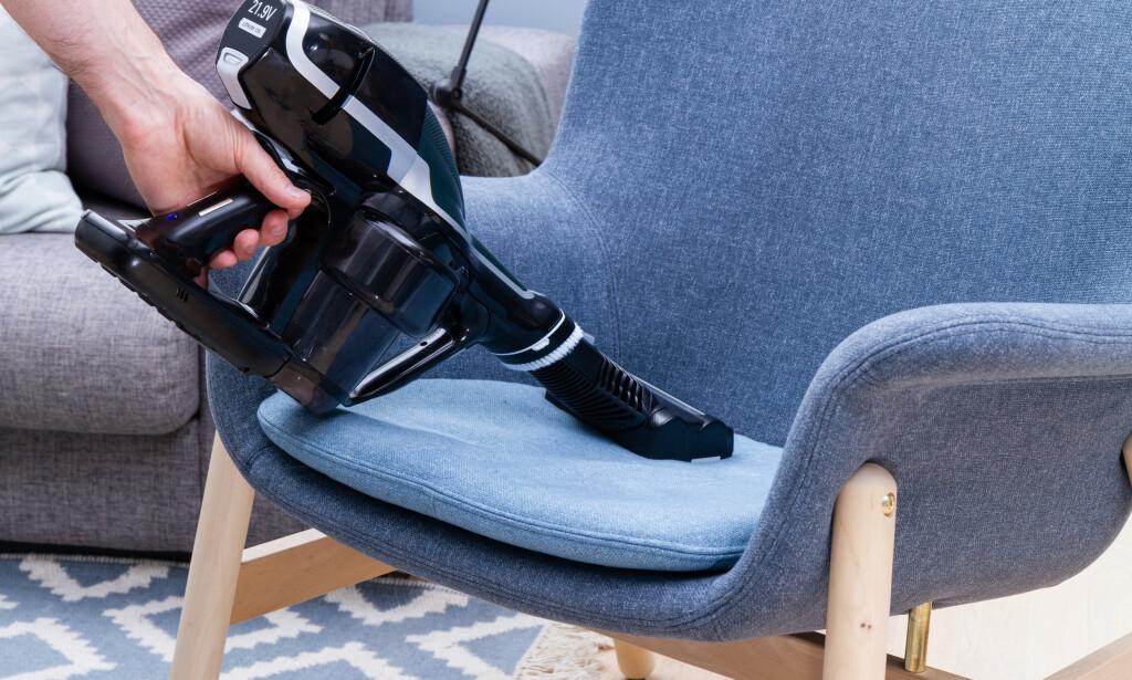 MØBLER: Et minimunnstykke med roterende børster er utrolig kjekt for å få vekk hundehår fra møbler, men vær obs på at børstene til OBH Nordica kan være hissige mot stoffet. Foto: Tron Høgvold