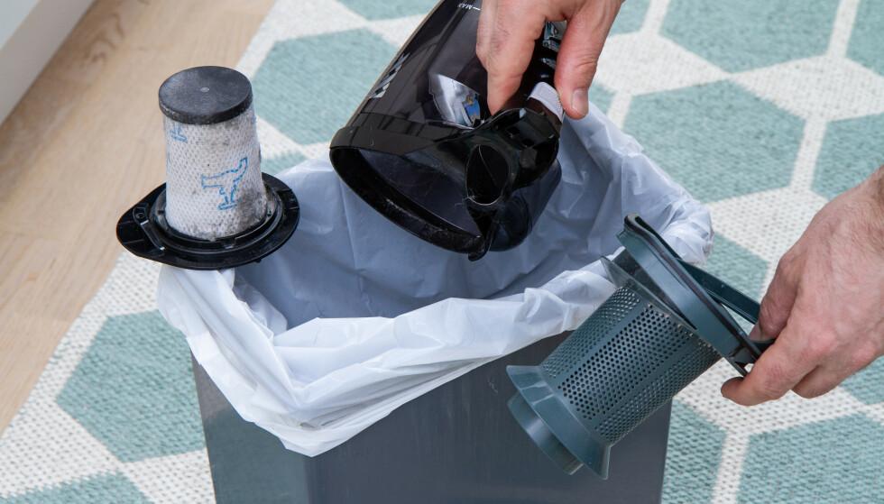 VASKBART: Filteret, til venstre, kan vaskes i vann når det blir skikkelig skittent. La det tørke i 24 timer, så er det klart til bruk igjen. Ekstra filter følger med. Foto: Tron Høgvold