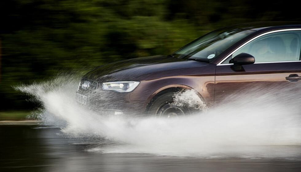 DÅRLIGERE VEIGREP: Feil lufttrykk gir mindre anleggsflate mot asfalten og dårligere veigrep. Foto: Rune Korsvoll