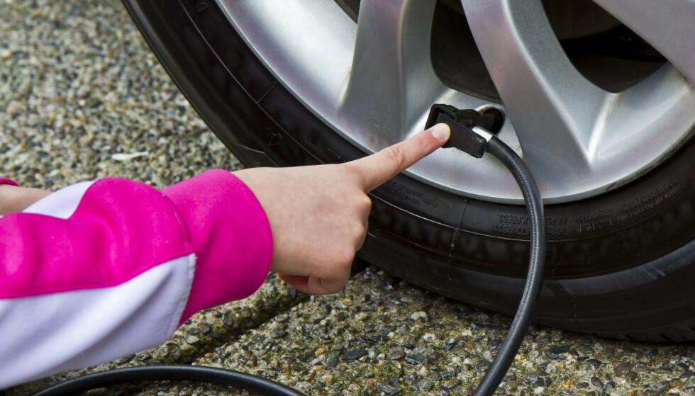 PENGER UT AV VINDUET: Kjører du med for lite luft i dekkene, betyr det både økt slitasje og høyere bensinforbruk. Foto: Panther Media