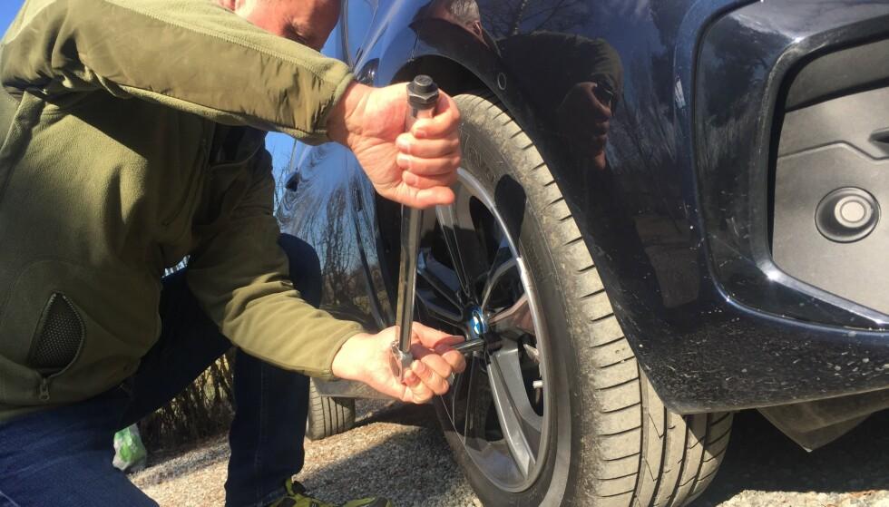 STRAMMING AV HJULBOLTER: Med denne momentnøkkelen, til noen hundrelapper, får du riktig kraft på hjulboltene og unngår at hjulet løsner. Foto Rune Korsvoll