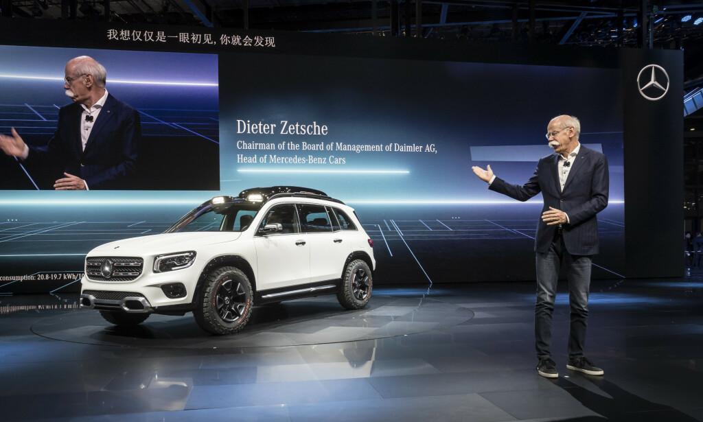 FORELØPIG SOM KONSEPT: GLB, som her presenteres for Shanghai-publikummet av Daimler-toppsjef Dieter Zetsche, blir nok ganske likt dette når den kommer i produksjonsklar utgave, antakelig til neste år. Foto: Daimler AG