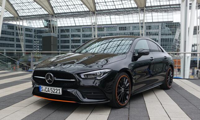 SPESIELL: Dette er en begrenset utgave som Mercedes har brukt mye i innledende kommunikasjon om nye CLA Coupé. Det er en AMG Line i en spesiell utførelse kalt Orange Art Edition. Vi liker den, men få kommer til å kjøre en slik. Foto: Knut Moberg