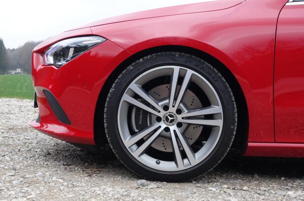 IKKE STANDARD: Testbilens 19-tommere med 225/45-dekk er ekstrautstyr. (Disse koster 5.580 kr). De forringer ikke kjørekomfort og lydnivå noe særlig. Foto: Knut Moberg