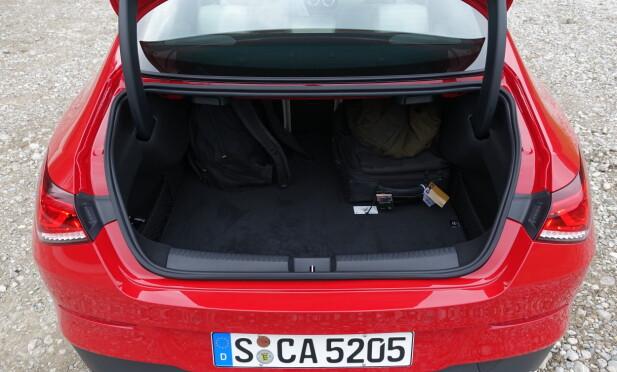 GANSKE ROMSLIG: Man må forsere en høy lasteterskel - noe som er bortimot nødvendig på en slik bil for å oppnå nødvendig karosseristivhet - men det er slett ikke dårlig plass i bagasjerommet; det er nesten like stort som på forgjengeren, med 460 liter. Foto: Knut Moberg